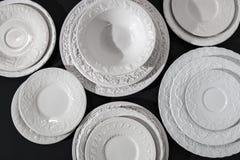 Σύνολο άσπρων κεραμικών κατασκευασμένων πιάτων στοκ φωτογραφίες με δικαίωμα ελεύθερης χρήσης