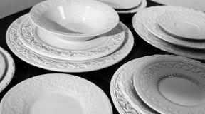Σύνολο άσπρων κεραμικών κατασκευασμένων πιάτων στοκ εικόνα με δικαίωμα ελεύθερης χρήσης