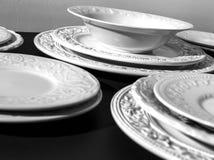Σύνολο άσπρων κεραμικών κατασκευασμένων πιάτων στοκ εικόνες