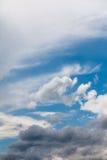 Σύνολο άσπρων σύννεφων πέρα από το μπλε Στοκ Φωτογραφίες