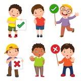 Σύνολο αγοριών που κρατούν και που κάνουν δεξιά και λανθασμένων σημαδιών Στοκ εικόνα με δικαίωμα ελεύθερης χρήσης