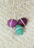Σύνολο αυγών Πάσχας στο άσπρο υπόβαθρο μαλλιού Στοκ Εικόνες