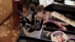 Σύνολο βουρτσών για το makeup στον πίνακα στο δωμάτιο απόθεμα βίντεο