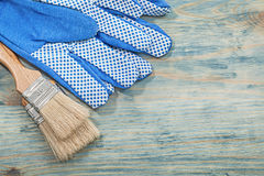 Σύνολο γαντιών ασφάλειας πινέλων στην ξύλινη κατασκευή γ πινάκων Στοκ Φωτογραφίες