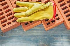Σύνολο γαντιών ασφάλειας τούβλων οικοδόμησης στο ξύλινο constructio πινάκων Στοκ εικόνες με δικαίωμα ελεύθερης χρήσης