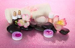 Σύνολο για έναν aromatherapy, τα κεριά και την πετσέτα υφασμάτων Στοκ Εικόνα