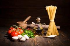Σύνολο για το μαγείρεμα των ζυμαρικών αγροτικός Στοκ Φωτογραφία