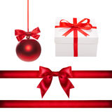 Σύνολο για το σχέδιο Κόκκινη σφαίρα Χριστουγέννων, κορδέλλα, τόξο, κιβώτιο δώρων Στοκ φωτογραφία με δικαίωμα ελεύθερης χρήσης