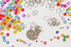 Σύνολο για το σχέδιο των χρωματισμένων χαντρών σε ένα άσπρο υπόβαθρο, δαχτυλίδια, χάντρες, παραδείγματος χάριν Στοκ εικόνες με δικαίωμα ελεύθερης χρήσης