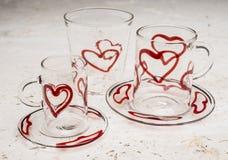 Σύνολο γυαλικών κατανάλωσης με το κόκκινο σχέδιο καρδιών Στοκ Φωτογραφίες