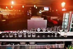 Σύνολο γυαλιών φλυτζανιών συλλογής για τα ποτά φραγμών Στοκ Εικόνες