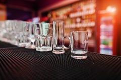 Σύνολο γυαλιών φλυτζανιών συλλογής για τα ποτά φραγμών Στοκ Φωτογραφίες