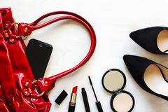 Σύνολο γυναικών εξαρτημάτων μόδας στο ξύλινο υπόβαθρο Στοκ Εικόνα