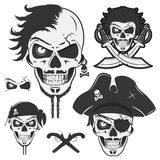 Σύνολο εκλεκτής ποιότητας εμβλημάτων πειρατών κρανίων, δερματοστιξία, εικονίδιο, πουκάμισο γραμμάτων Τ Στοκ Εικόνες