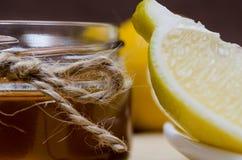 Σύνολο λεμονιού και μελιού για την επεξεργασία ή την αποτοξίνωση στοκ φωτογραφίες