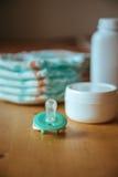 Σύνολο εξαρτημάτων για τις μίας χρήσης πάνες μωρών, πράγματα για τη φροντίδα των παιδιών Στοκ εικόνα με δικαίωμα ελεύθερης χρήσης