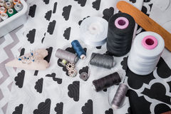 Σύνολο εξελίκτρου του νήματος, του ψαλιδιού, των κουμπιών, του υφάσματος και των καρφιτσών για το ράψιμο και τη ραπτική Στοκ Φωτογραφίες