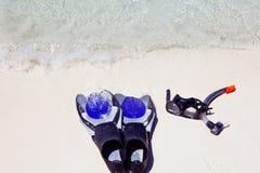 Σύνολο εξοπλισμού κατάδυσης στην άμμο δίπλα σε μια τροπική παραλία Στοκ Εικόνες