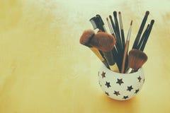 Σύνολο επαγγελματικών βουρτσών makeup στον ξύλινο πίνακα Στοκ Φωτογραφία