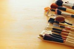 Σύνολο επαγγελματικών βουρτσών makeup στον ξύλινο πίνακα Στοκ Εικόνα