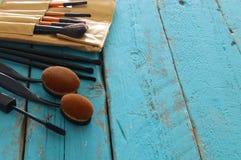 Σύνολο επαγγελματικών βουρτσών makeup στον ξύλινο πίνακα Στοκ Εικόνες