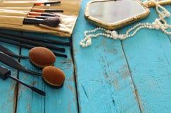 Σύνολο επαγγελματικών βουρτσών makeup στον ξύλινο πίνακα Στοκ εικόνα με δικαίωμα ελεύθερης χρήσης