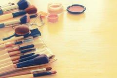 Σύνολο επαγγελματικών βουρτσών makeup στον ξύλινο πίνακα Στοκ Φωτογραφίες