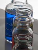 Σύνολο εργαστηριακών μπουκαλιών με το υγρό στοκ φωτογραφία