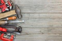 Σύνολο εργαλείων διάφορων εργαλείων εργασίας και υλικού στο ξύλινο γκρίζο BO Στοκ Εικόνα