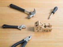 Σύνολο εργαλείων και χειροποίητου ξύλινου παιχνιδιού σπιτιών. Στοκ φωτογραφία με δικαίωμα ελεύθερης χρήσης