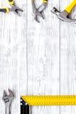 Σύνολο εργαλείων κατασκευής στην γκρίζα ξύλινη τοπ άποψη υποβάθρου γραφείων copyspace Στοκ Εικόνες