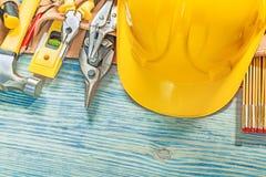 Σύνολο εργαλείων κατασκευής στη ζώνη οικοδόμησης δέρματος ξύλινο boa Στοκ Εικόνα