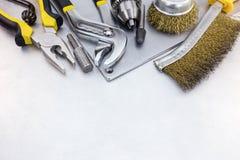 Σύνολο εργαλείων χεριών για την ανακαίνιση σπιτιών στο γρατσουνισμένο μεταλλικό πιάτο Στοκ Φωτογραφίες