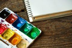 Σύνολο ζωγραφικής: έγγραφο, βούρτσες, χρώματα, watercolor, ακρυλικό χρώμα Στοκ Εικόνα