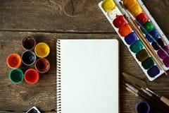 Σύνολο ζωγραφικής: έγγραφο, βούρτσες, χρώματα, watercolor, ακρυλικό χρώμα Στοκ Εικόνες
