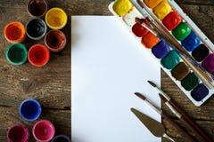 Σύνολο ζωγραφικής: έγγραφο, βούρτσες, χρώματα, watercolor, ακρυλικό χρώμα Στοκ εικόνες με δικαίωμα ελεύθερης χρήσης
