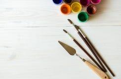 Σύνολο ζωγραφικής: βούρτσες, χρώματα, watercolor, ακρυλικό χρώμα σε ένα wh Στοκ φωτογραφία με δικαίωμα ελεύθερης χρήσης