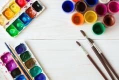 Σύνολο ζωγραφικής: βούρτσες, χρώματα, watercolor, ακρυλικό χρώμα σε ένα wh Στοκ εικόνα με δικαίωμα ελεύθερης χρήσης