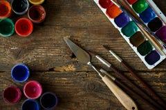 Σύνολο ζωγραφικής: βούρτσες, χρώματα, watercolor, ακρυλικό χρώμα σε ένα wo Στοκ Εικόνα