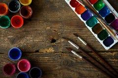 Σύνολο ζωγραφικής: βούρτσες, χρώματα, watercolor, ακρυλικό χρώμα σε ένα wo Στοκ φωτογραφία με δικαίωμα ελεύθερης χρήσης