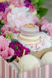 Σύνολο ζωηρόχρωμο macaroon με το γάμο ή δαχτυλιδιών αρραβώνων στην κορυφή Στοκ φωτογραφία με δικαίωμα ελεύθερης χρήσης