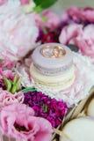 Σύνολο ζωηρόχρωμο macaroon με το γάμο ή δαχτυλιδιών αρραβώνων στην κορυφή Στοκ Εικόνες