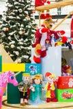 Σύνολο ζωηρόχρωμων παιχνιδιών για τα παιδιά, που παρουσιάζεται από τον τάρανδο Στοκ εικόνα με δικαίωμα ελεύθερης χρήσης