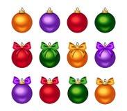 Σύνολο ζωηρόχρωμων σφαιρών Χριστουγέννων με τα τόξα επίσης corel σύρετε το διάνυσμα απεικόνισης Στοκ εικόνα με δικαίωμα ελεύθερης χρήσης