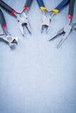Σύνολο ηλεκτρικά nippers μετάλλων στο γρατσουνισμένο μεταλλικό υπόβαθρο γ Στοκ φωτογραφίες με δικαίωμα ελεύθερης χρήσης