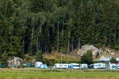Σύνολο θέσεων για κατασκήνωση των τροχόσπιτων κοντά στο δάσος Στοκ εικόνα με δικαίωμα ελεύθερης χρήσης