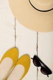 Σύνολο θερινής μόδας Καπέλο γυναικών ` s, επίπεδα μπαλέτου και γυαλιά ηλίου Στοκ Φωτογραφία