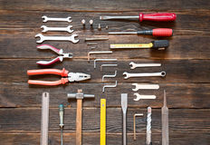 Σύνολο διαφορετικών εργαλείων εργασίας πέρα από το σκοτεινό ξύλινο υπόβαθρο Στοκ φωτογραφία με δικαίωμα ελεύθερης χρήσης