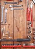 Σύνολο διαφορετικών εργαλείων εργασίας στην ξύλινη επιφάνεια Στοκ εικόνες με δικαίωμα ελεύθερης χρήσης