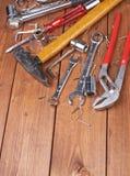 Σύνολο διαφορετικών εργαλείων εργασίας στην ξύλινη επιφάνεια Στοκ Εικόνες